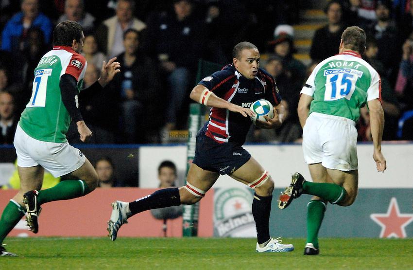 Photo: Richard Lane..London Irish v Llanelli Scarlets. Heineken Cup. 20/10/2006. .Llanelli's Gavin Thomas attacks.