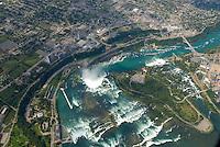 4415 / Niagara: AMERIKA, VEREINIGTE STAATEN VON AMERIKA, KANADA, NEW YORK, TORONTO (AMERICA, UNITED STATES OF AMERICA), 23.08.2006:  Die Niagarafaelle sind Wasserfaelle an der Grenze zwischen dem amerikanischen Bundesstaat New York und der kanadischen Provinz Toronto. Niagara Falls, wie die Faelle im Englischen heißen, ist auch der Name der beiden Staedte Niagara Falls, New York und Niagara Falls, Ontario, in deren Zentrum sich die Faelle befinden..Der den Eriesee mit dem Ontariosee verbindende Niagara River stuerzt 58 Meter in die Tiefe, wobei die Faelle durch die oben gelegene Insel Goat Island (Ziegeninsel) in zwei Teile gespalten werden. Die US-amerikanische Haelfte hat eine Kantenlaenge von 363 m, die kanadische eine von 792 m. Das Wasser des US-amerikanischen Teils faellt nach 21 m auf eine Schutthalde, die bei einem Felssturz 1954 entstand. Der kanadische Teil (Horseshoe, deutsch Hufeisen) hat eine freie Fallhöhe von 52 m. Der Wasserdurchfluss betraegt, je nach Jahreszeit, zwischen 2.832 und 5.720 m³/s, durchschnittlich 4.200 m³/s (ungefaehr das Doppelte des Rhein-Abflusses). Schiffe umfahren die Faelle durch den 12 km westlich liegenden, 43,4 km langen Welland Canal bei St. Catharines, die groessere Schwesterstadt von Niagara Falls. Grenze, Grenzfluss..