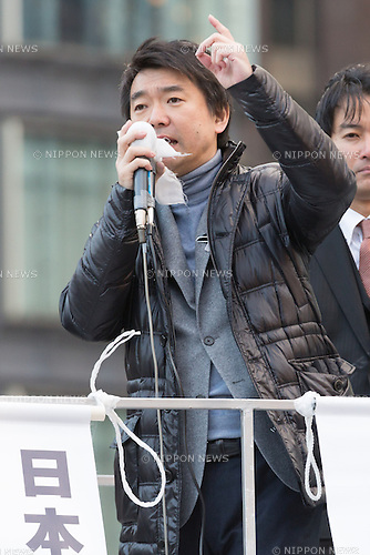 December 9, 2012, Tokyo, Japan - Osaka Mayor Toru Hashimoto, who has founded the Japan Restoration Party, addresses a crowd of voters during his stumping stop at the Tokyo railroad station on Sunday, December 9, 2012, in his campaign for the December 16 general election. A recent poll showed Hashimoto's JRP followed close behind the most favored Liberal Democratic Party led by former Prime Minister Shinzo Abe. (Photo by AFLO)