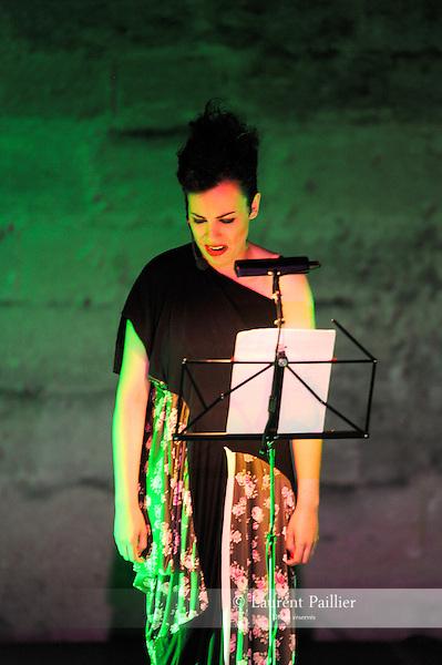 MADMUD..Tania Carvalho..Compagnie : Bomba suicida..Lieu: Le jardin de l'Eveche..Ville : Uzes..Festival Uzes Danse 2011..le 21/06/2011..© Laurent Paillier / photosdedanse.com..All rights reserved