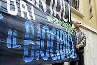 Roma, 16 Maggio 2014<br /> Attiviste e attivisti del comitato Stop Biocidio Lazio, manifestano davanti la sede dell'ARPA, Agenzia Regonale per la Protezione ambientale, da cui dipendono i monitoraggi sullo stato delle contaminazioni dei territori.<br /> Giornata di azione diffusa in difesa dei territori e della salute, contro tutte le devastazioni ambientali, verso la manifestazione del 17 Maggio.