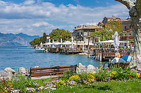 Italy, Veneto, Lake Garda, Torri del Benaco: small harbour at East Bank of Lake Garda - lakeside promenade | Italien, Venetien, Gardasee, Torri del Benaco: kleiner Hafen am Ostufer des Gardasees - Seepromenade