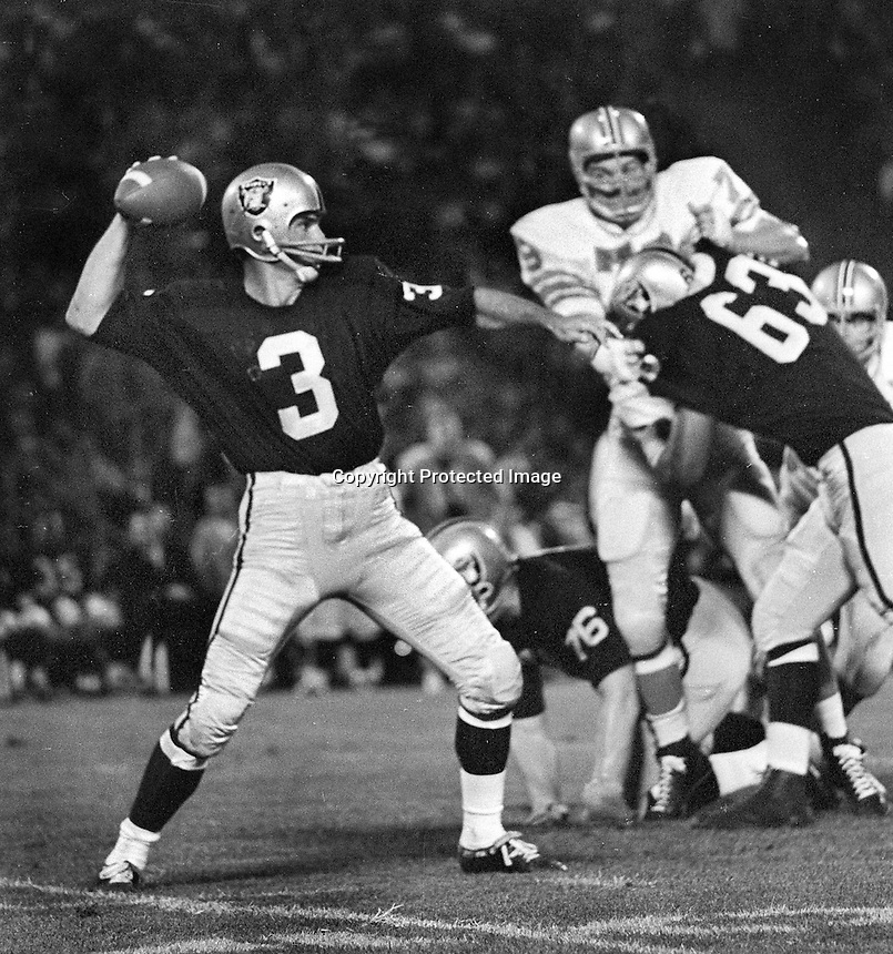 Raider QB Daryle Lamonica with block from Gene Upshaw against the Houston Oilers. (1967 photo/Ron Riesterer)