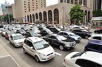 SÃO PAULO, SP, 14, DE FEVEREITO 2012 – TRANSITO – Fluxo intenso de carros no fim da tarde de terça-feira (14) na Av. Paulista. (FOTO: CAIO BUNI / NEWS FREE).