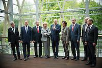 Berlin, der Bürgermeister der Freien Hansestadt Bremen, Jens Böhrnsen (SPD, v.l.), der Ministerpräsident von Niedersachsen Stephan Weil (SPD), der Oberbürgermeister von München, Christian Ude (SPD), die Ministerpräsidentin von Nordrhein-Westfalen, Hannelore Kraft (SPD), der SPD-Kanzlerkandidat Peer Steinbrück, die Ministerpräsidentin von Rheinland-Pfalz, Malu Dreyer (SPD), Berlins Regierender Buergermeister Klaus Wowereit (SPD), der  Ministerpräsident von Mecklenburg-Vorpommern, Erwin Sellering (SPD) und der Erste Bürgermeister von Hamburg, Olaf Scholz (SPD) stehen am Donnerstag (02.05.13) in der Landesvertretung Nordrhein-Westfalen in Berlin bei einem Treffen der SPD-Ministerpräsidenten..Foto: Steffi Loos/CommonLens