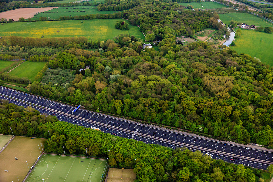 Nederland, Utrecht, Amelisweerd, 09-05-2013; lokatie van (omstreden) verbreding van rijksweg A27. De bak zou verbreed moeten worden aan de zijde van het landgoed )boven in beeld) en van een geluidswerend dak worden voorzien. In het bos kasteel Nieuw Amelisweerd en de Kromme Rijn.<br /> Motorway A27, near Utrecht; there are (controversial) plans to broaden the road.<br /> luchtfoto (toeslag op standard tarieven);<br /> aerial photo (additional fee required);<br /> copyright foto/photo Siebe Swart.