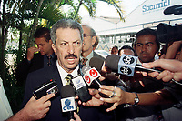 O senador Romeu Tuma, chega a sede do jornal O Di&aacute;rio do Par&aacute; de propiedade do senador J&aacute;der Barbalho ,presidente do senado, para ouvir seu depoimento<br />Bel&eacute;m, Par&aacute;, Brasil<br />10/07/2001<br />Foto Paulo Santos/Interfoto
