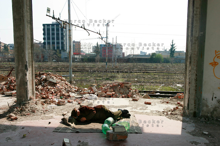 Milano, periferia sud. Un senzatetto tra le macerie dell'ex scalo merci ferroviario di porta romana in disuso --- Milan, south periphery. A homeless among rubble in former freight railway yard of Milan Romana Gate now in disuse