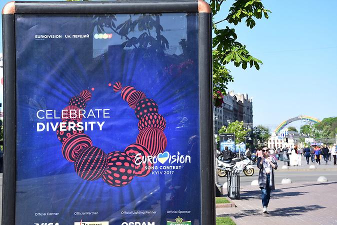 """ESC Vorbericht <br />Ein  paar Tage vor dem ESC  in der Innenstadt von Kiew.  Das diesjährige ESC-Motto: """"Celebrate Diversity"""""""