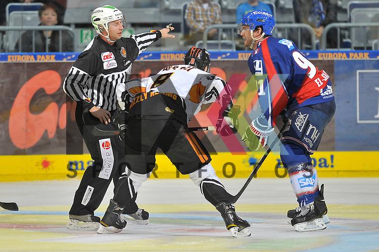 Mannheim 21.10.12, DEL, Adler Mannheim - Grizzly Adams Wolfsburg, Mannheims Marc El-Sayed (Nr.91) wird beim Bully gegen Wolfsburgs Kai Hospelt (Nr.8) vom Linienrichter weggeschickt<br /> <br /> Foto &copy; Ice-Hockey-Picture-24 *** Foto ist honorarpflichtig! *** Auf Anfrage in hoeherer Qualitaet/Aufloesung. Belegexemplar erbeten. Veroeffentlichung ausschliesslich fuer journalistisch-publizistische Zwecke. For editorial use only.