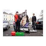 Saint-Nazaire. Dans cette ville traditionnellement de gauche, le FN se présente pour la première fois aux élections municipales. Marine Le Pen y a obtenu environ dix pour cent aux dernières présidentielles. Le responsable Loire Atlantique organise notre visite. On le retrouve dans un appartement avec quelques militants. Il a choisi d'inviter trois jeunes, une femme et un responsable local. Ils font très attention à ce qu'ils disent et ont supprimé de l'ordre du jour tout ce qui pourrait nous choquer. Le combat du moment semble être le tramway qui traverse le centre-ville. On les retrouve le soir à une réunion publique. Des jeunes aux allures de skins sont au fond de la salle, ils refusent d'être pris en photo. Je fume une cigarette avec quelques militants. Sur les trois, trois ont une carte d'invalidité. Ils ont des problèmes de santé, ne trouvent pas de travail et se disent dégoûtés des gens qui profitent des allocations et ne veulent pas travailler. L'un d'eux était socialiste et me raconte comment il avait bu le champagne le soir de l'élection de Mitterrand.