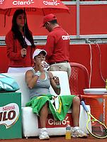 BOGOTA - COLOMBIA - 14-04-2016: Silvia Soler-Espinosa de España, toma agua durante partido por el Claro Colsanitas WTA, que se realiza en el Club El Rancho de Bogota. / Silvia Soler-Espinosa from Spain drinks water, during a match for the WTA Claro Colsanitas, which takes place at Club El Rancho de Bogota. Photo: VizzorImage / Luis Ramirez / Staff.