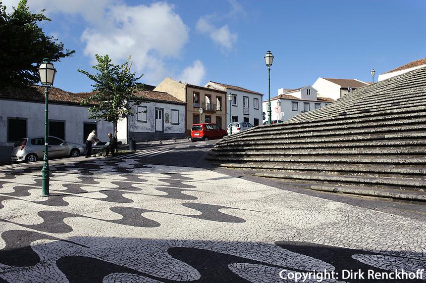 vor Igreja Matriz de Nossa Senhora da Estrela in Ribeira Grande auf der Insel Sao Miguel, Azoren, Portugal