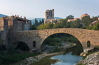 France, Aude (11), Lagrasse, labellisé Les Plus Beaux Villages de France,  vieux pont sur l' Orbieu et abbaye Sainte-Marie de Lagrasse au fond // France, Aude, Lagrasse, labelled Les Plus Beaux Villages de France (The Most Beautiful Villages of France), old  bridge  over the Orbieu river and Sainte Marie de Lagrasse Abbey in the background