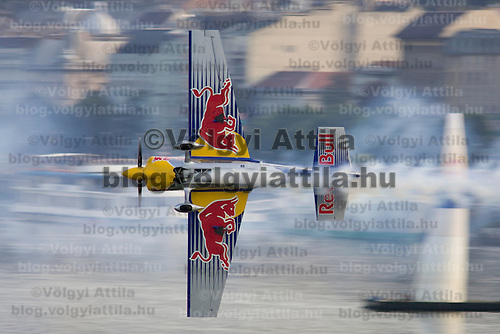 0708193955a Red Bull Air Race international air show qualifying runs over the river Danube, Budapest preceding the anniversary of Hungarian state foundation. Hungary. Sunday, 19. August 2007. ATTILA VOLGYI