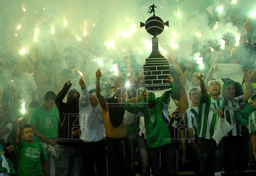 BOGOTA – COLOMBIA: 27-07-2016: Los hinchas de Atletico Nacional de Colombia, animan a su equipo, durante partido de vuelta de la final, entre Atletico Nacional e Independiente Del Valle por la Copa Bridgestone Libertadores 2016 en el Estadio Atanasio Girardot, de la ciudad de Medellin. / Fans of Atletico Nacional of Colombia, cheer for their team during a match for the second leg for the final between Atletico Nacional and Independiente Del Valle for the Bridgestone Libertadores Cup 2016, in the Atanasio Girardot Stadium, in Medellin city. Photos: VizzorImage / Luis Ramirez / Staff.