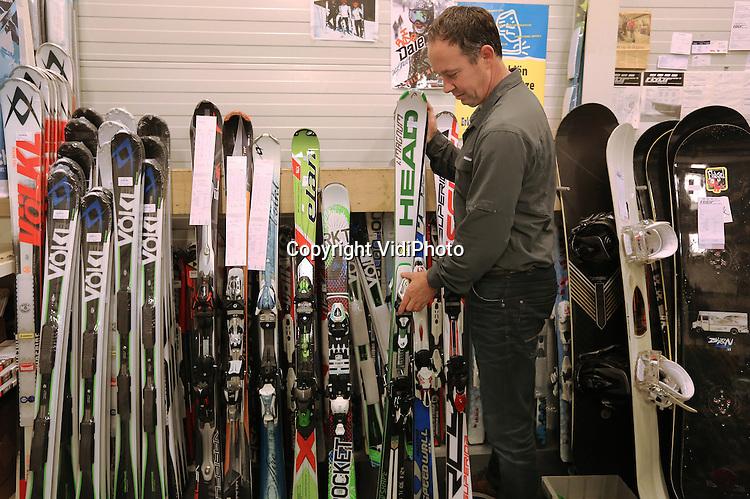 Foto: VidiPhoto<br /> <br /> DUIVEN - Ondanks het gebrek aan sneeuw op de Oostenrijkse pistes, is het in de Nederlandse wintersportwinkels enorm druk. Volgens beheerder John Faber (foto) van Buitensport FourSeasons in Duiven bij Arnhem -een van de grootste wintersportwinkels van Nederland- zijn de klanten optimistisch. &quot;Dit weekend wordt verse sneeuw voorspeld Tirol. Net op tijd, want de eerste Nederlanders vertrekken dit weekend voor hun wintersportvakantie.&quot; Daarom is het vanaf maandag topdrukte bij FourSeasons. Vooral de slijp- en waxmachines draaien overuren. De Duivense sportwinkel bezit een bijzondere machine, die volautomatisch tien ski's achter elkaar kan slijpen. Bovendien trekt de wintersportzaak klanten uit heel Nederland en Belgi&euml; om speciale schoenen op maat te laten maken voor mensen met voetproblemen. Volgens Faber zijn berichten dat er komend seizoen minder mensen op wintersport gaan onjuist. &quot;Veel meer dan voorheen wordt nu direct via internet bij pension of hotel geboekt in plaats van via reisbureaus. En die worden vaak niet meegerekend.&quot;