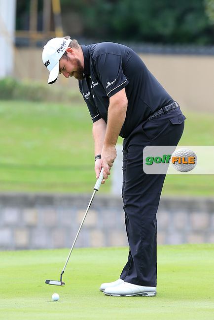Shane Lowry (IRL) on the 4th green during the final round of the WGC-HSBC Champions, Sheshan International GC, Shanghai, China PR.  30/10/2016<br /> Picture: Golffile | Fran Caffrey<br /> <br /> <br /> All photo usage must carry mandatory copyright credit (&copy; Golffile | Fran Caffrey)