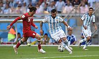 FUSSBALL WM 2014  VORRUNDE    GRUPPE F     Argentinien - Iran                         21.06.2014 Ezequiel Lavezzi (Mitte, Argentinien) am Ball gegen Andranik Teymourian (Iran)