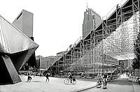 Nederland Rotterdam 2016.  Tijdelijke trap naar het dak van het Groothandelsgebouw . Links het Centraal Station. Rotterdamse Dakendagen.  Foto Berlinda van Dam / Hollandse Hoogte