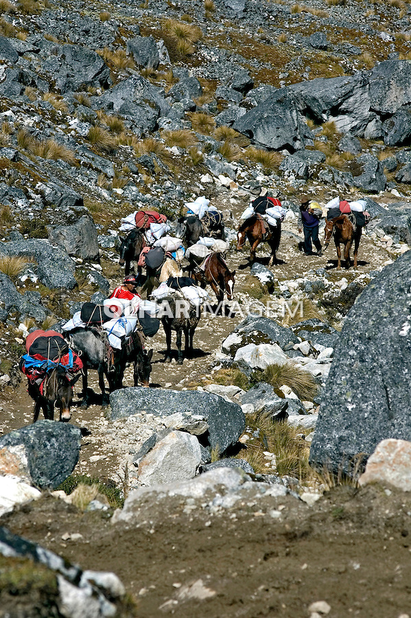 Transporte de carga em trilha. Cusco. Peru. 2008. Foto de Cris Berger.