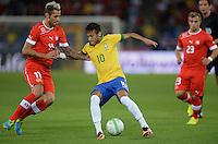 FUSSBALL  INTERNATIONAL  Testspiel Schweiz - Brasilien    14.08.2013 Valon BEHRAMI (li, Schweiz) gegen NEYMAR (Mitte, Brasilien)