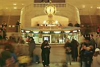 Informationsschalter in der Grand Central Station. Vom ehemals groessten Bahnhof in New York fahren unterirdisch nur noch Nahverkehrszuege ab.<br /> 28.12.1998, New York City<br /> Copyright: Christian-Ditsch.de<br /> [Inhaltsveraendernde Manipulation des Fotos nur nach ausdruecklicher Genehmigung des Fotografen. Vereinbarungen ueber Abtretung von Persoenlichkeitsrechten/Model Release der abgebildeten Person/Personen liegen nicht vor. NO MODEL RELEASE! Don't publish without copyright Christian-Ditsch.de, Veroeffentlichung nur mit Fotografennennung, sowie gegen Honorar, MwSt. und Beleg. Konto:, I N G - D i B a, IBAN DE58500105175400192269, BIC INGDDEFFXXX, Kontakt: post@christian-ditsch.de]