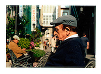 Foto de archivo analogico. Escaneado.  Un hombre descansa en un banco de una calle de A Coruña. Foto: Pedro Eliseo Agrelo Trigo