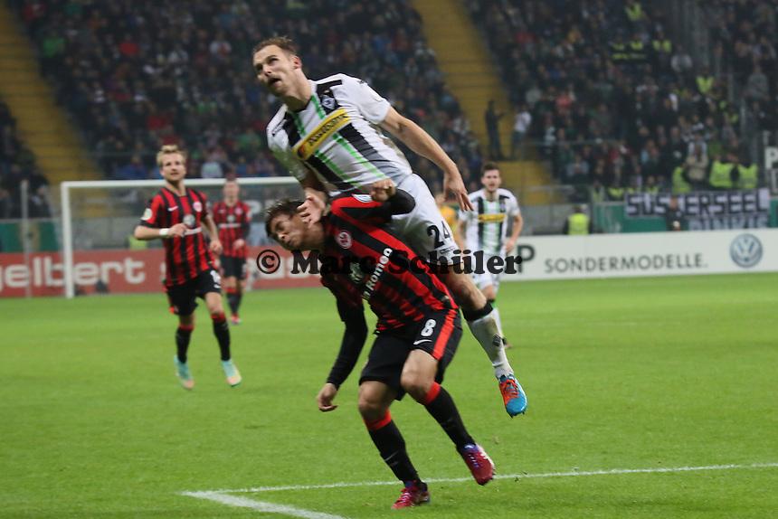 Tony Jantschke (Gladbach) springt Takashi Inui (Eintracht) um - Eintracht Frankfurt vs. Borussia Mönchengladbach, DFB-Pokal 2. Runde, Commerzbank Arena