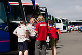 A bus with participants from the UK are asking IST from contingent support about the way to the camp. The field is filled with buses containing arriving participants. Photo: Kim Rask/Scouterna
