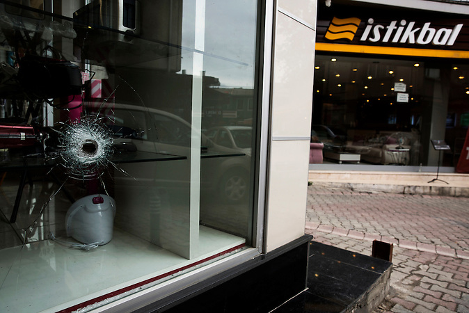 In den Gassen von Cengelk&ouml;y sind immer noch Spuren von Blut zu sehen, genauso wie Einschussl&ouml;cher in den Scheiben von Einkaufsl&auml;den.<br /><br />Traces of blood are still visible in the back streets of Cengelk&ouml;y, as well as bullet holes on shop windows.