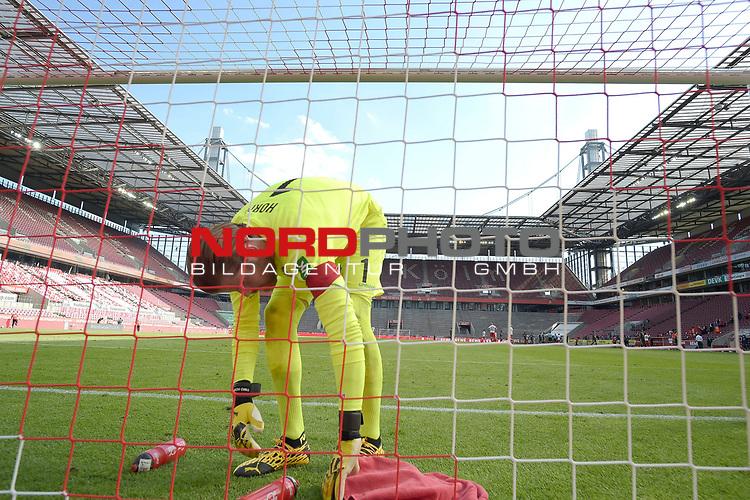 nph00351: Timo HORN  (Torwart 1.FC Koeln) <br /> packt nach <br /> Spielende Trinkflaschen und Handtuch zusammen.<br /> Sport: Fussball: 1. Bundesliga: Saison 19/20: 26.Spieltag: 1.FC KOELN-FSV MAINZ 05,17.05.2020.<br /> Foto: Anke Waelischmiller/SVEN SIMON/POOL / via Meuter/nordphoto<br /> <br /> Nur für journalistische Zwecke! Only for editorial use!<br /> Gemäß den Vorgaben der DFL Deutsche Fußball Liga ist es untersagt, in dem Stadion und/oder vom Spiel angefertigte Fotoaufnahmen in Form von Sequenzbildern und/oder videoähnlichen Fotostrecken zu verwerten bzw. verwerten zu lassen. DFL regulations prohibit any use of photographs as image sequences and/or quasi-video.