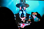 Guns N' Roses en concert le 30 mai 2017 au stade San Mames de la ville de Bilbao San Mames Zelaia au Pays Basque Espagnol. ForÍt de telephones brandis par des spectateurs pour filmer le concert qui bouchent la vue et gachent le plaisir de celui-ci.<br /> <br /> Euskal Herria, Euskal Herri, Pays Basque Espagnol, Espagne.
