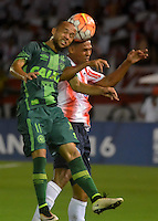 BARRANQUILLA  -COLOMBIA, 19-10-2016. Felix Noguera (Der) jugador del Junior de Colombia disputa el balón con Ananias  (Izq) de Chapecoense de Brasil  durante encuentro  por la  Copa Sudamericana disputado en el estadio Metropolitano Roberto Meléndez ./ Felix Noguera (R) player of Junior of Colombia   fights for the ball with  Ananias  (L) player of Chapeconese pf Brazil  during match for the  Sudamericana Cup   played at Metropolitano Roberto Melendez stadium . Photo:VizzorImage / Alfonso Cervantes  / Contribuidor