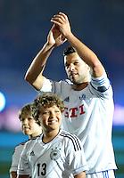 Der Capitano bedankt sich bei den Fans beim Abschiedsspiel von Michael Ballack in der Red-Bull-Arena Leipzig. Unter dem Motto &quot;Ciao Capitano&quot; bestreitet der Ex-Fussballprofi sein letztes gro&szlig;es Spiel mit Freunden in Leipzig gegen eine Auswahl von Wegbegleitern. <br /> Foto: Christian Nitsche