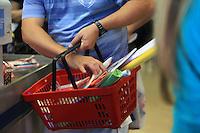 SAO PAULO, SP, 17 DE JANEIRO DE 2012 - MATERIAL ESCOLAR - Movimento a procura de materiais escolares na Rua 25 de marco, regiao de comercio polular no central da capital paulista, nesta terca-feira, 17. Preços do material escolar podem variar até 258,49%, segundo o Procon-SP.  FOTO RICARDO LOU - NEWS FREE