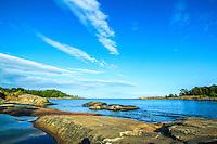 Klippa urberg vid havet med horisont utanför Utö i Stockholms skärgård
