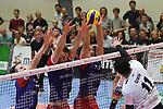 13.10.2018,  Lueneburg GER, VBL, SVG Lueneburg vs United Volleys Rhein-Main im Bild Adam Kocian (Rhein-Main #08), Moritz Karlitzek (Rhein-Main #13) und Lucas van Berkel (Rhein-Main #12) versuchen sich gegen Raymond Szeto (Lueneburg #11)) durchzusetzen/ Foto © nordphoto / Witke
