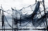 Fuiken hangen te drogen in de haven  van Volendam