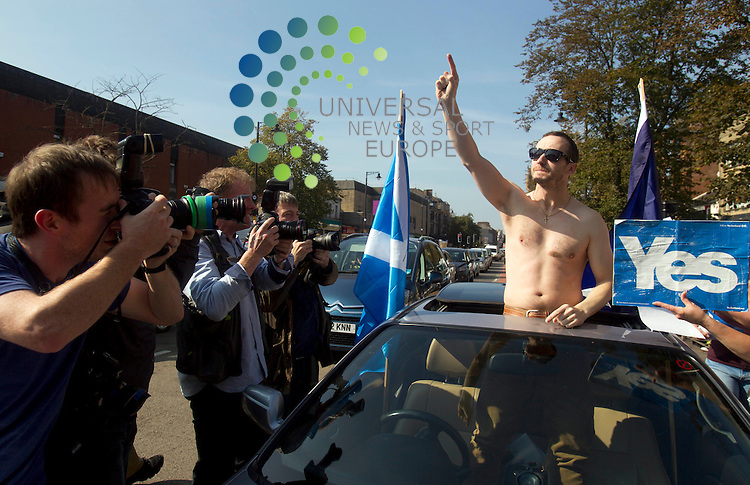 A Yes voters in his car after John Prescott talked about the Scottish referendum campaign. The Labour veteran was joined by Alistair Darling and Anas Sarwar all making stump speeches and campaign call's with local Labour activists.<br /> Picture: Universal News And Sport (Scotland) 10 September 2014.