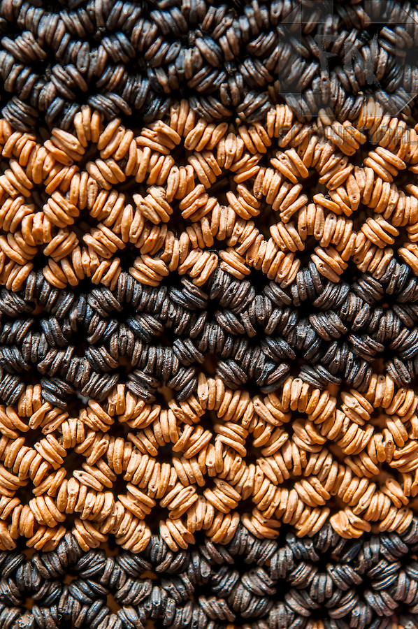Detalhe de bolsa feita com semente de morotot&oacute; | Detail of handbag made with morotot&oacute; seed<br /> <br /> LOCAL: Manaus, Amazonas, Brasil <br /> DATE: 12/2008 <br /> &copy;Du Zuppani