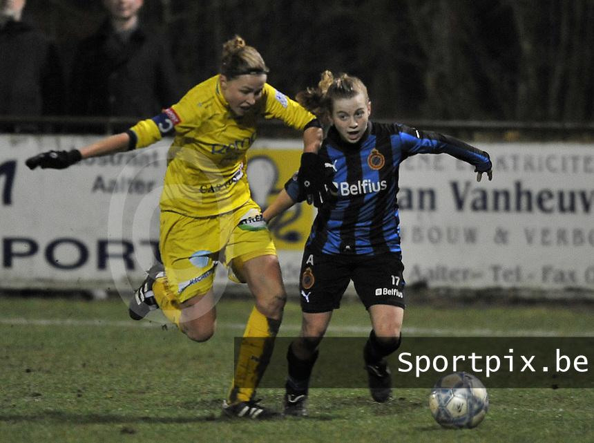 Club Brugge Dames - WB Sinaai Girls : duel tussen Yana Haesebroek (rechts) en Anouk Bonnarens.foto DAVID CATRY / Vrouwenteam.be
