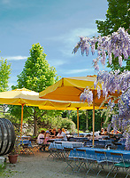 Deutschland, Bayern, Oberbayern, Chiemgau, Chiemsee: Biergarten auf der Fraueninsel | Germany, Upper Bavaria, Chiemgau, Lake Chiemsee: Beergarden on Island Frauenchiemsee