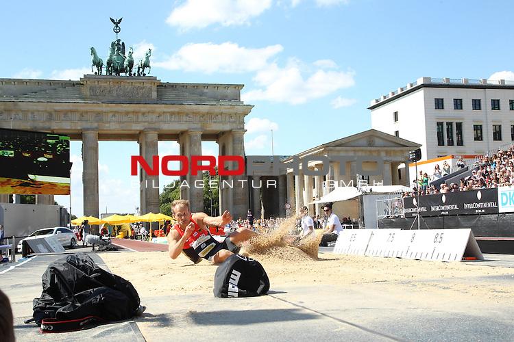 24.08.2013, Brandenburger Tor, Berlin, GER, Leichtathletik, Stabhochsprung, Weitsprung, im Bild Weitsprung-M&auml;nner, Christian Reif<br /> <br />               <br /> Foto &copy; nph /  Schulz