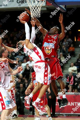2010-02-13 / Basketbal / seizoen 2009-2010 / Antwerp Giants - Luik / Timothy Black (Giants) vindt Muya op zijn weg..Foto: mpics