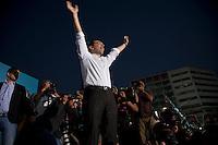 Elezioni in Grecia.  Manifestazione finale di Syriza prima delle elezioni legislative, 14 giugno a Atene in piazza Omonia il leader del partito Alexis Tsipras si fa fotografare con le braccia alzate.