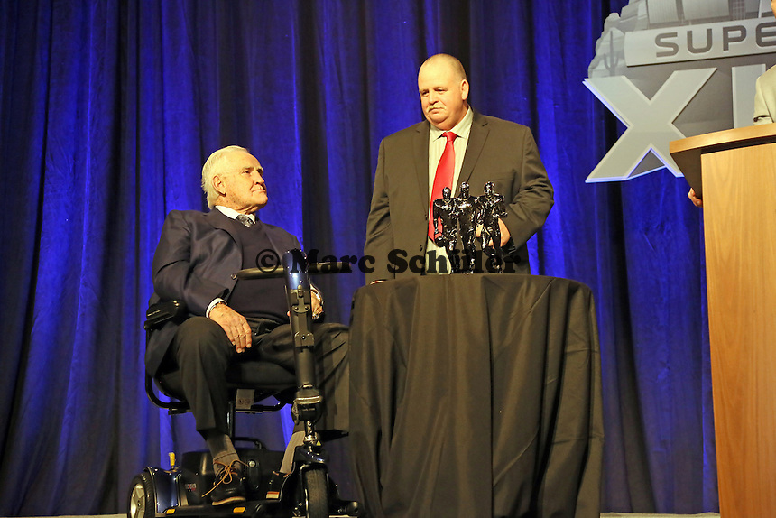 Trainerlegende Don Shula mit High School Coach of the Year Bruce Larson  - Don Shula High School Coach of the Year Award, Super Bowl XLIX, Convention Center Phoenix