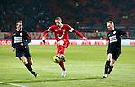 Nederland, Enschede, 19 januari 2013.Eredivisie.Seizoen 2012-2013.FC Twente-RKC Waalwijk.Luc Castaignos (m.) van FC Twente in actie met bal. Rechts Henrico Drost van RKC Waalwijk en links Frank van Mosselveld van RKC Waalwijk.