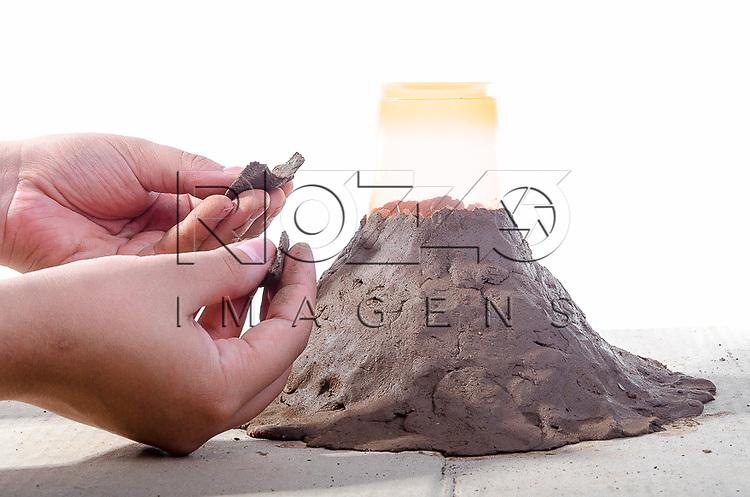 Moldando a argila sobre o papelão, formando uma montanha, São Paulo - SP, 10/2012.
