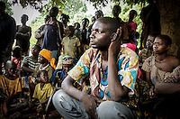 Ein christlicher Bewohner aus dem Dorf Zere im Norden der Zentralafrikanischen Republik bei einer Gemeindeversammlung in dem Dorf, das durch die Auseinandersetzung zwischen Christen und Muslimen fast vollständig zerstört wurde. Aufnahmedattum 11.3.2014